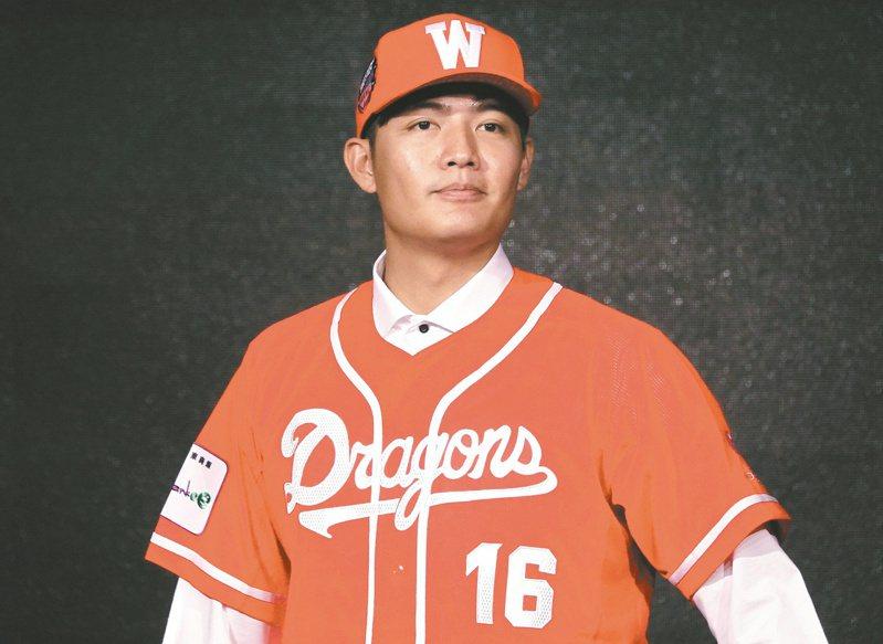味全龍投手王維中在粉絲團上霸氣宣告,要在台灣繳出最好的表現,也相信自己能做到,「因為我是王維中」。 報系資料照