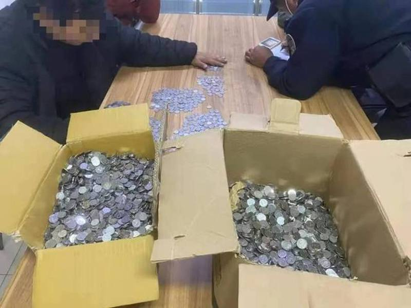 杭州男子換了3大箱人民幣作賠償金,整人不成,只能默默在派出所通宵數錢。圖擷自網路。