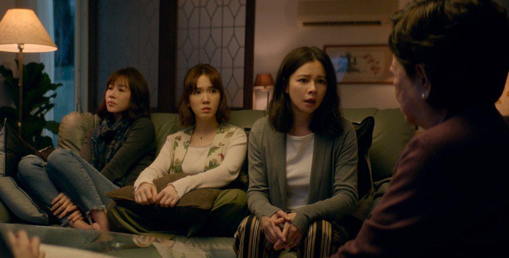 孤味的中後段有場關鍵戲碼,是秀英和三個女兒在客廳的那場戲。秀英說:「我打拼一輩子,把你們一個個扶養長大。卻輸給一個20年不曾跟你們聯絡的爸爸。我一輩子做牛做馬,沒有聽過妳跟我說一句謝謝。」圖/威視電影提供