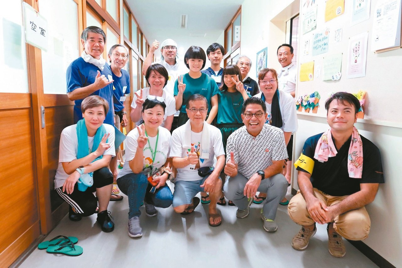 徐重仁(前排中)創辦台灣美化協會,常與年輕人一起參加掃地活動。圖/台灣美化協會提...