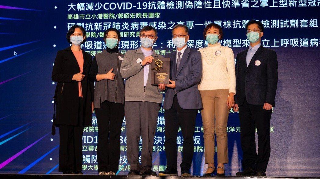 臺北市立聯合醫院副總院長黃遵誠(左三)代表領獎。 health inventor...