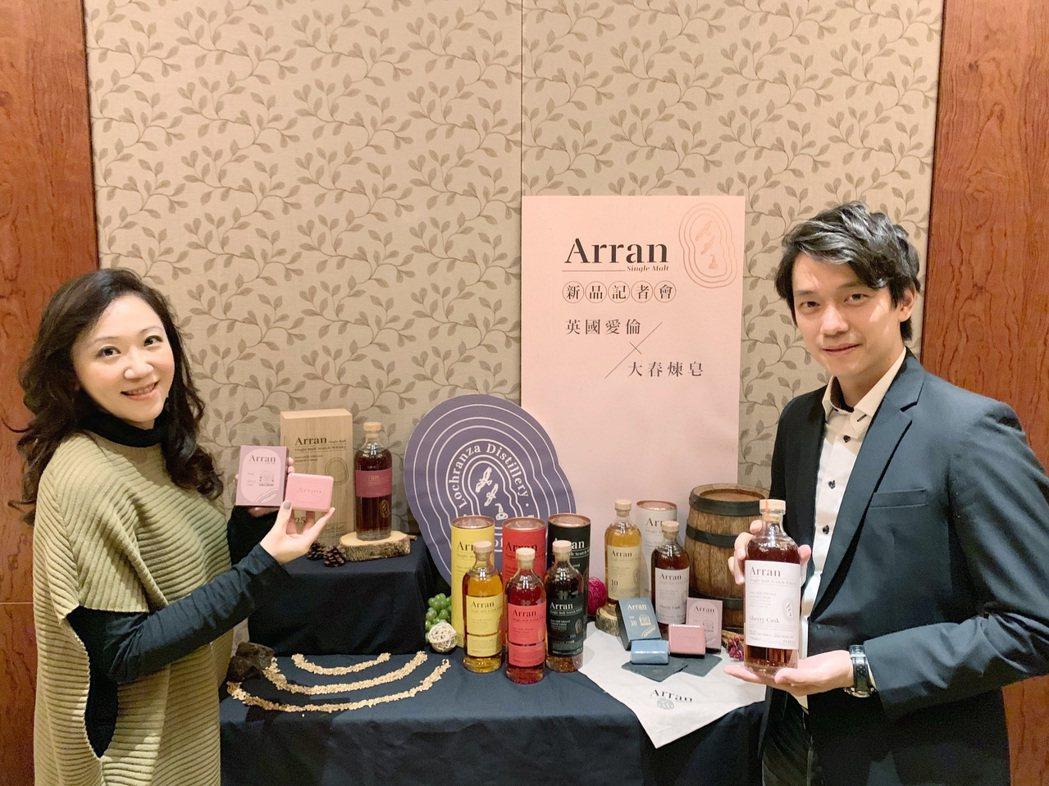 橡木桶洋總經理袁德珮(左起)與大春煉皂品牌總監李國榮。業者/提供