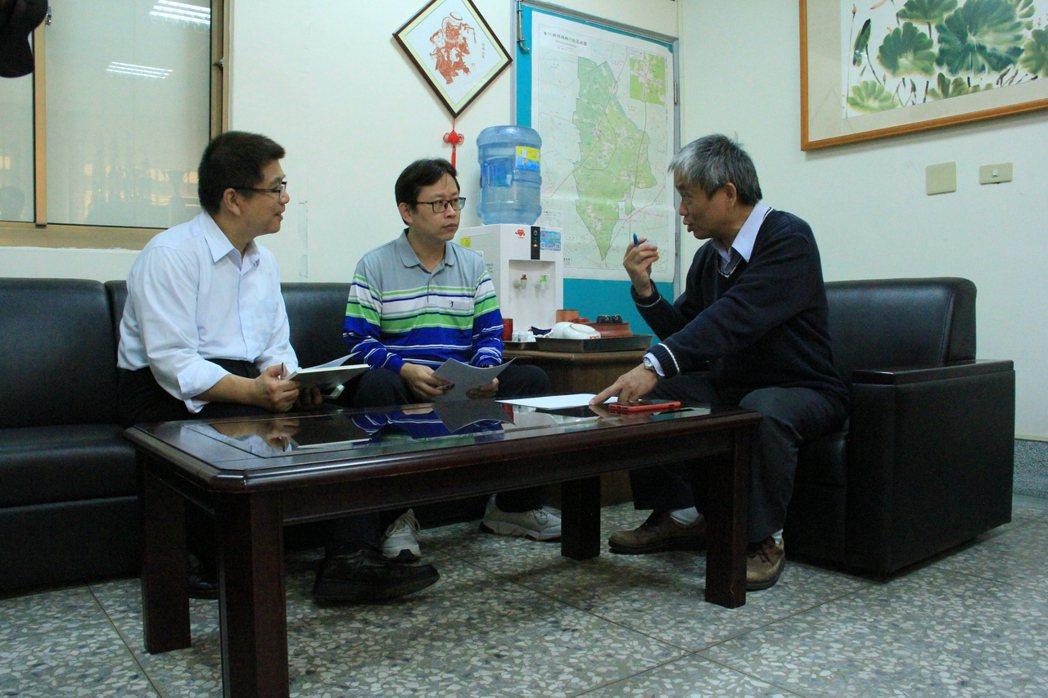 威騰斯坦總經理魏誠志(左一)、光華高工機械科主任李科廷(左二)與自動化工程系主任...