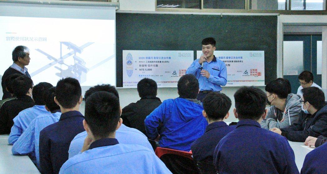 台中光華高工機工科高三學生遠來觀摩並對話。 戴辰/攝影