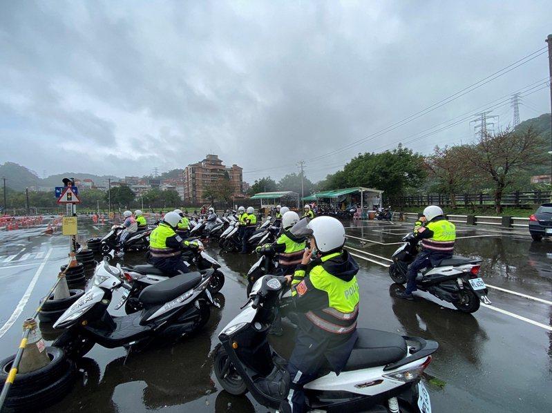 汐止警分局在大龍港駕訓班辦理安全駕駛訓練,強化員警防禦駕駛能力,維護轄區治安及交通順暢工作。 圖/觀天下有線電視提供