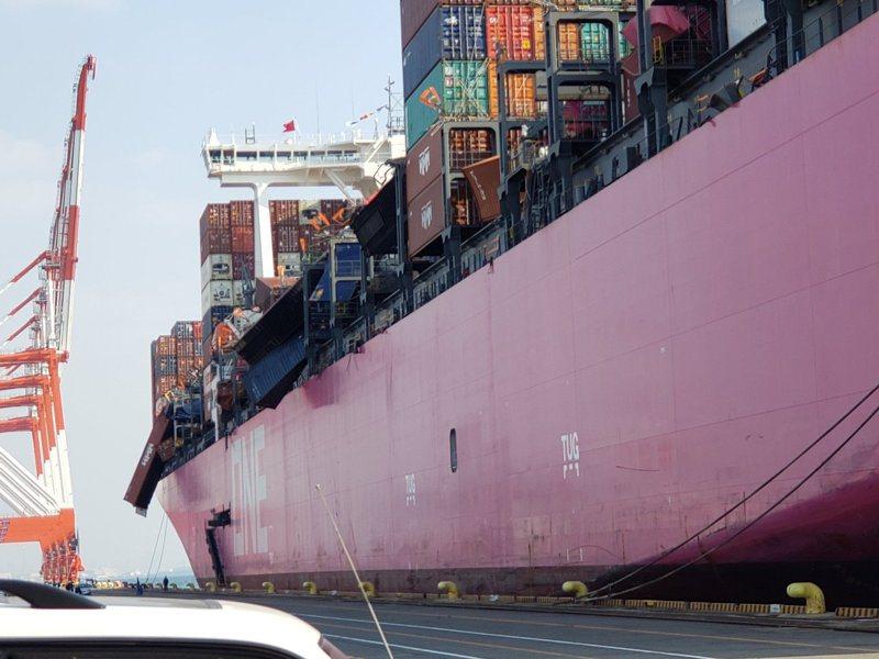 船上許多貨櫃也損壞變形。取自推特(@maritime_cyprus)