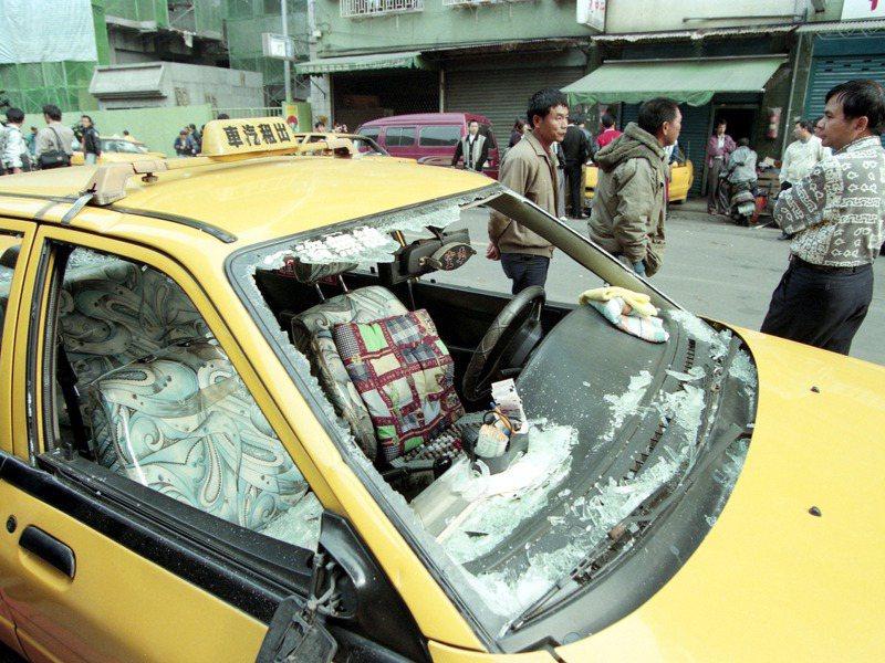 計程車司機械鬥砸車暴力事件,「德資」、「全民」雙方司機在路上打游擊戰,許多計程車被砸全毀或半毀。圖/聯合報系資料照片