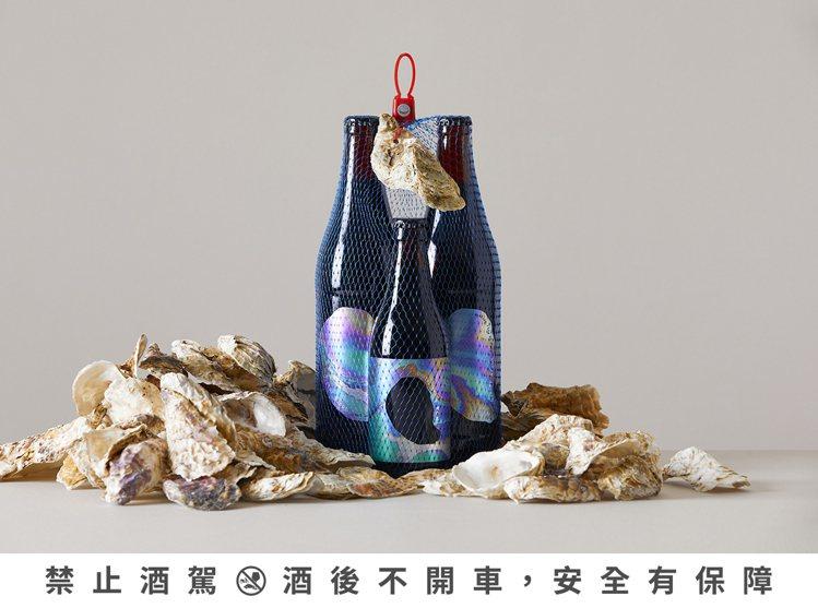 酒廠限量100組的「蚵蚵蚵歡樂大酒袋」,包含含蚵仔黑(330ml)、「蚵仔黑-泡...