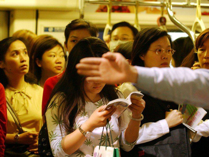71歲簡姓老翁在台北捷運上性騷女性遭逮12次,但屢罰屢犯,圖為北捷尖峰時段車廂擁擠示意圖。圖/聯合報系資料照片