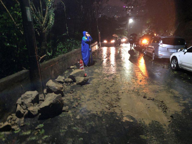 基隆雨不斷落石砸新車擋風玻璃全毀,貼警告仍有人停車。記者游明煌/翻攝