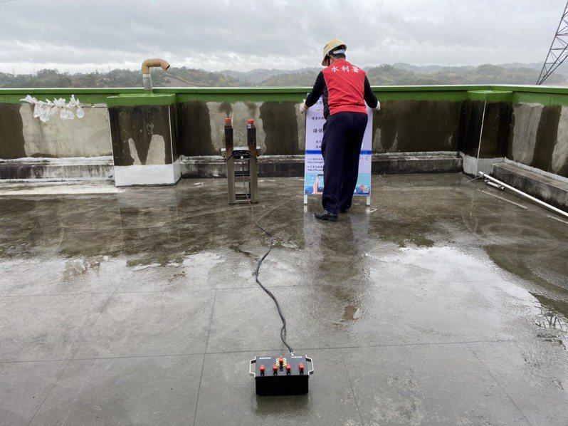 寶山第二水庫在9日上午10時,施放焰劑人工增雨作業,預計能為庫區帶來不少水量進帳。圖/北水局提供