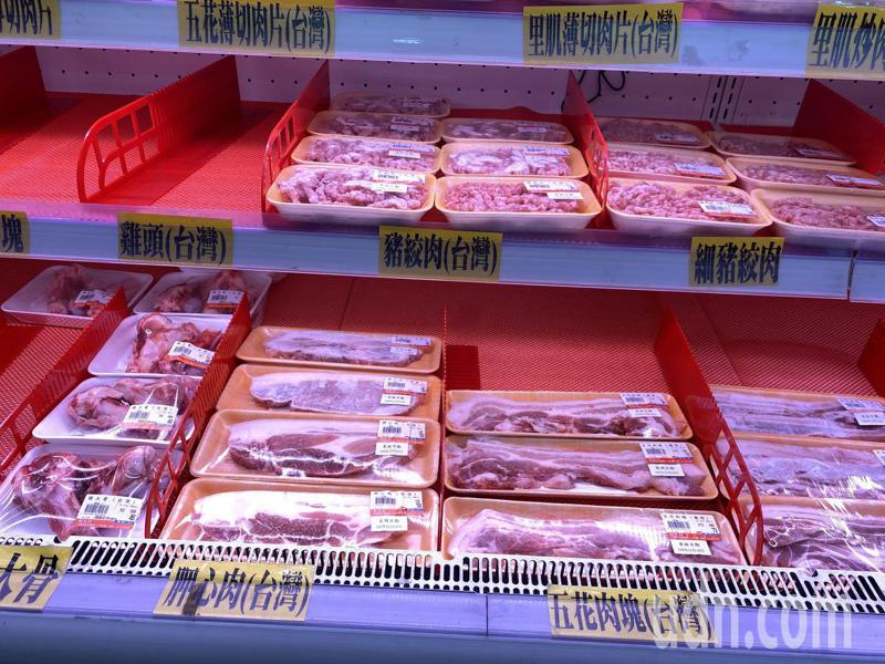 花蓮超市在商品架上清楚標示肉品來源,衛生局也會確認來源證明。記者王思慧/攝影