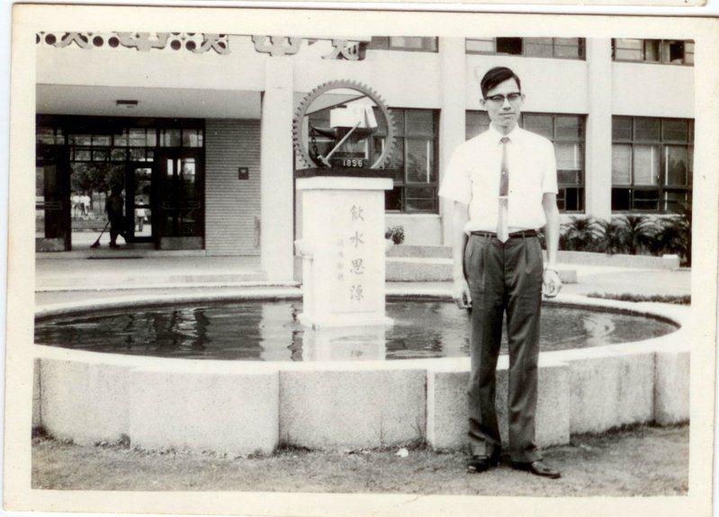 交大電子學名師陳龍英辭世,交大12日辦追思會,圖為陳龍英於1968年在校園留影。圖/交大友聲雜誌社提供