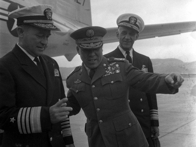 美軍協防司令史慕德(右)曾在八二三砲戰期間,向美軍太平洋總部總司令費爾特(左)告狀,指控台灣的海軍部隊怯戰,未能即時支援金門前線。圖/聯合報系資料照片