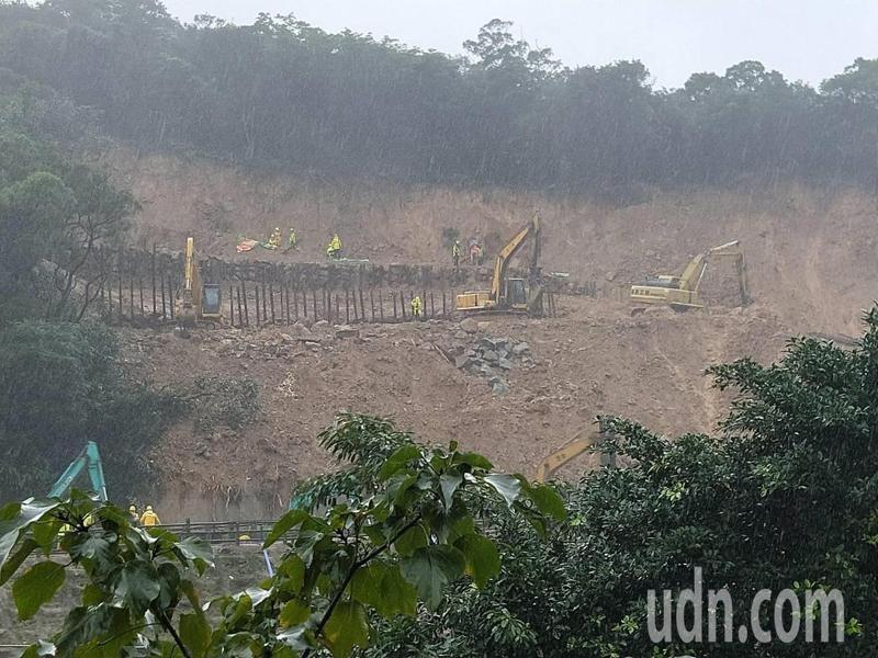 猴硐搶修現場打150根鋼樁、蓋帆布,邊坡穩定獲控制。記者游明煌/攝影