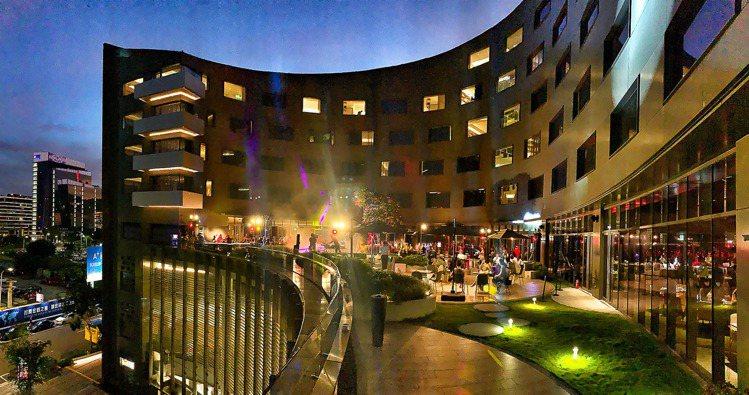 台北大直英迪格酒店在高空露臺舉辦跨年派對。圖/台北大直英迪格提供