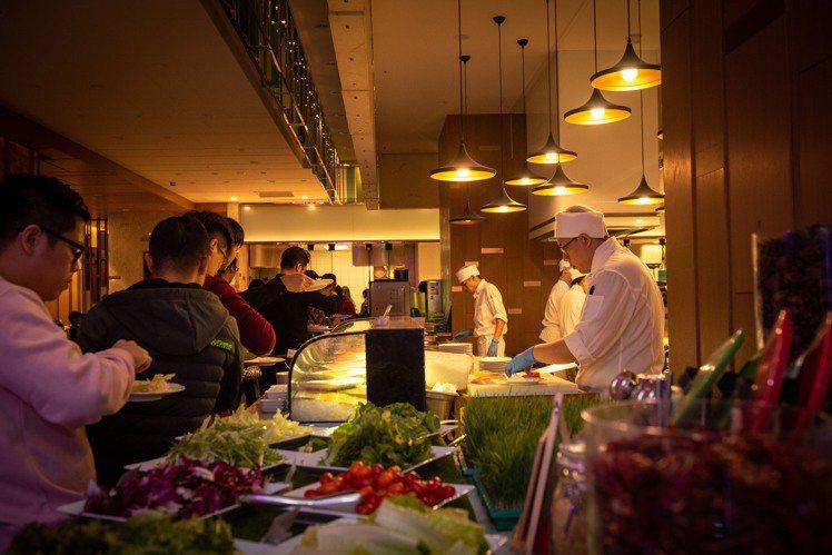 六福萬怡敘日全日餐廳舉辦的「2021我最正跨年派對」,每人1,580元+10%,...