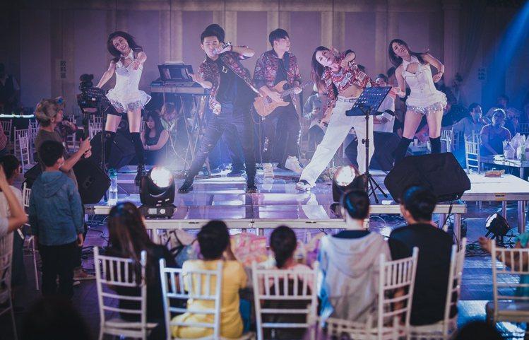 台南晶英酒店邀請南臺灣知名「Party i 樂團」現場熱歌勁舞,購買「半罩式」可...