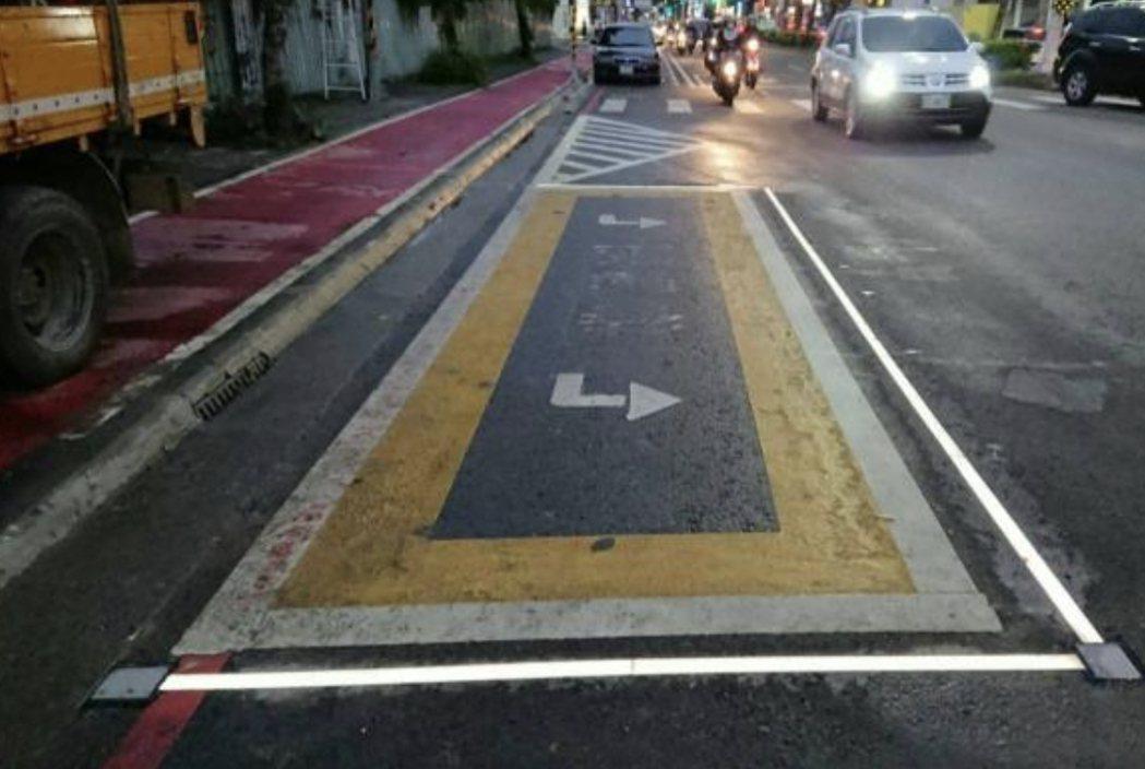 台南市交通局試辧在路口機車待轉區周邊加裝閃爍燈源,以提高安全性,圖為桃園市是以長...