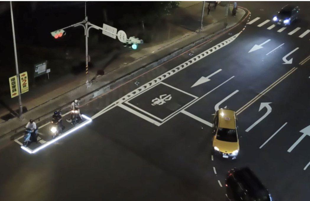 台南市交通局試辧在路口機車待轉區周邊加裝閃爍燈源,以提高安全性,圖為新北市是以長...