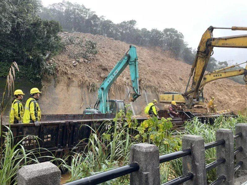 12月4日台鐵猴硐至瑞芳段因鐵道沿線土石鬆動坍方,致雙向通行困難,交通部公路總局啟動公路客運疏運接駁,現場人員搶修中。圖/台鐵提供