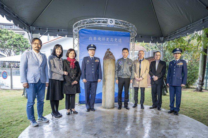 空軍及新竹市府在東大飛行公園設置展翅高飛藝術裝置紀念飛官王同義的大愛精神,今天揭幕。圖/市府提供