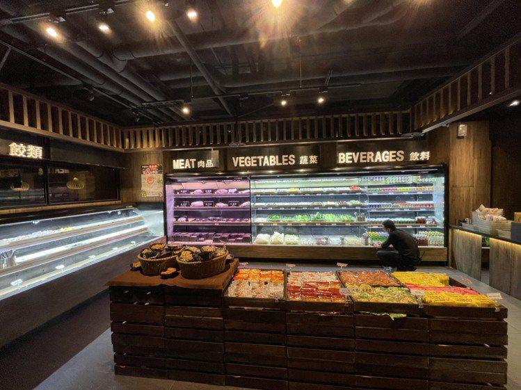 前鎮水產昆明店進行轉型成吃到飽餐廳,每人398元起。圖/海霸王提供
