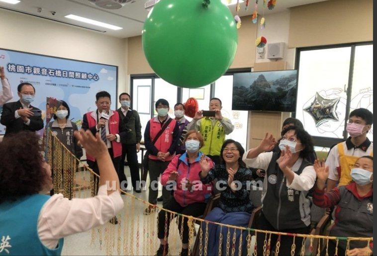 進入陰雨綿綿的冬天,台灣失智症協會提醒失智症患者更應維持社交活動、作息正常,室內...