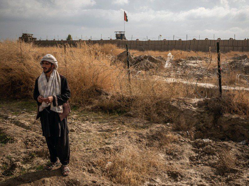 阿富汗坎達哈省傑瓦伊區農民古爾(如圖),是他身後那片土地的原地主之一。當地曾是豐饒的葡萄園,在美軍無償占用多年後,灌溉系統已破壞殆盡。紐約時報