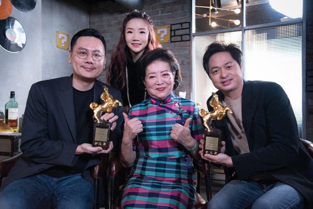 陳淑芳(中)帶2座金馬獎上「陶口秀」。圖/泰坦星文創提供
