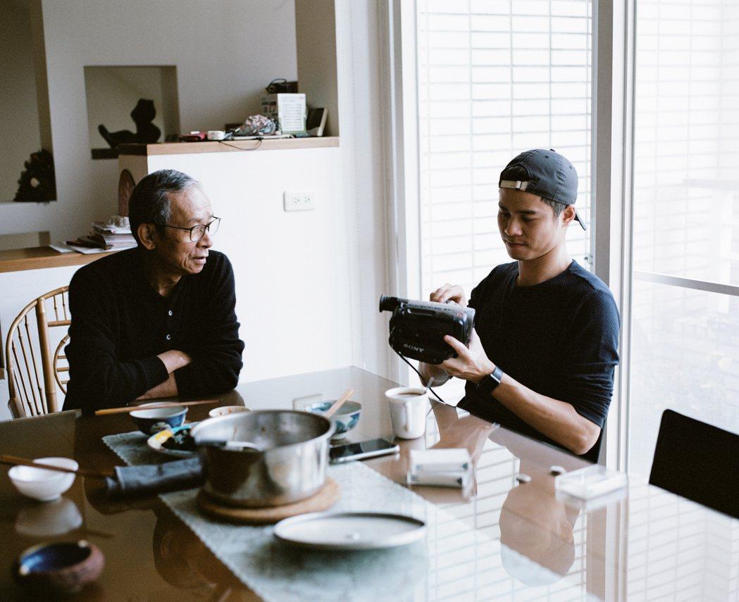 吳念真(左)和兒子吳定謙為了「小兒子膠囊時光」錄製影片。圖/夢田文創提供