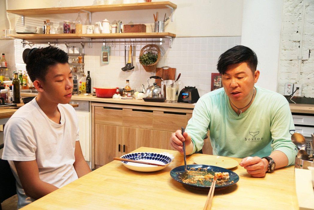 曾國城(右)首度與兒子同框入鏡。圖/夢田文創提供