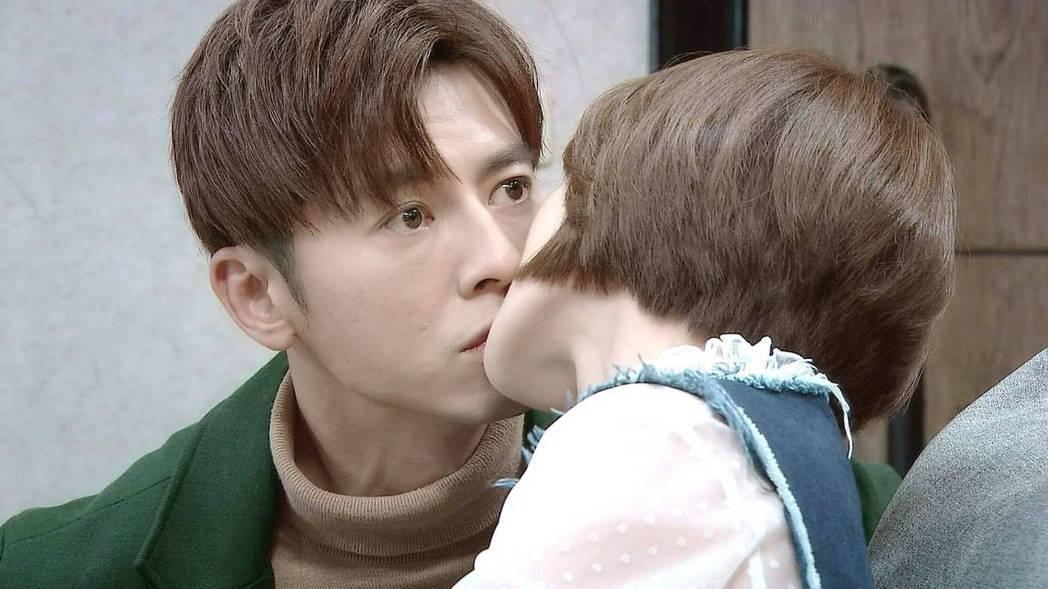 李國毅(左)和李亦捷拍吻戲。 圖/三立提供