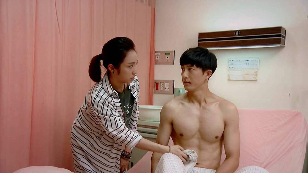 梁舒涵(左)羞摸邱昊奇胸肌。圖/三立提供