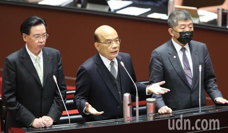 行政院長蘇貞昌(中)在立法院備詢、外交部長吳釗燮(左)、衛福部長陳時中(右)列席。記者曾學仁/攝影