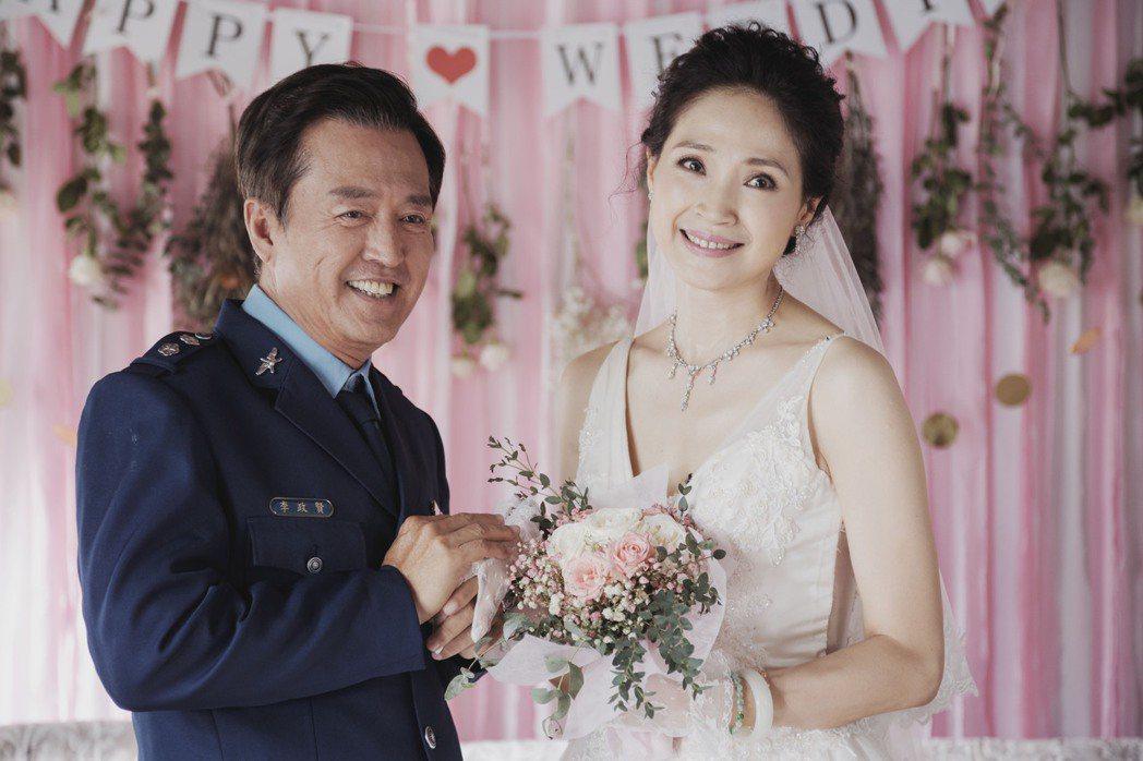 方季惟(右)在「戒指流浪記」中嫁給檢場,螢光幕前首度披婚紗。圖/HBO  Asi