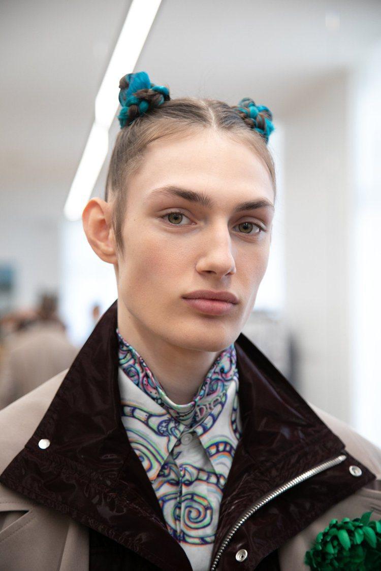 DIOR MEN 2021秋季男裝發表中,部分男模的髮型為可愛的丸子頭。圖/DI...