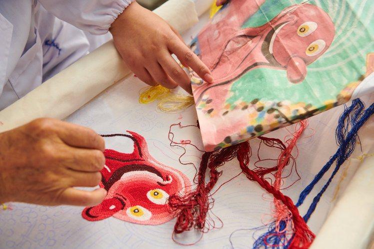 為呈現美國藝術家肯尼沙爾夫畫作中飽滿的色彩漸層,DIOR開發了超過300色絲線。...