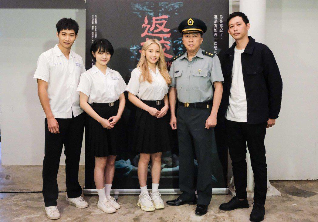黃冠智(左起)、李玲葦、蔡瑞雪、趙正平、導演莊翔安出席「返校」茶敘。圖/公視提供
