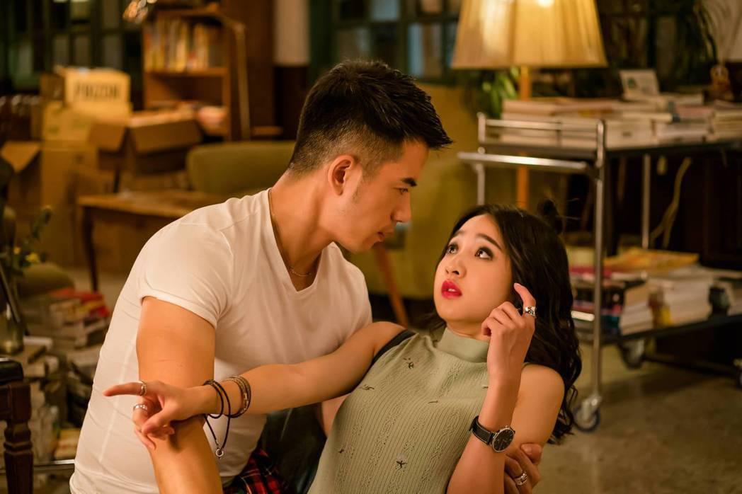 JR紀言愷(左)、李沐演出「不讀書俱樂部」。圖/双喜電影提供