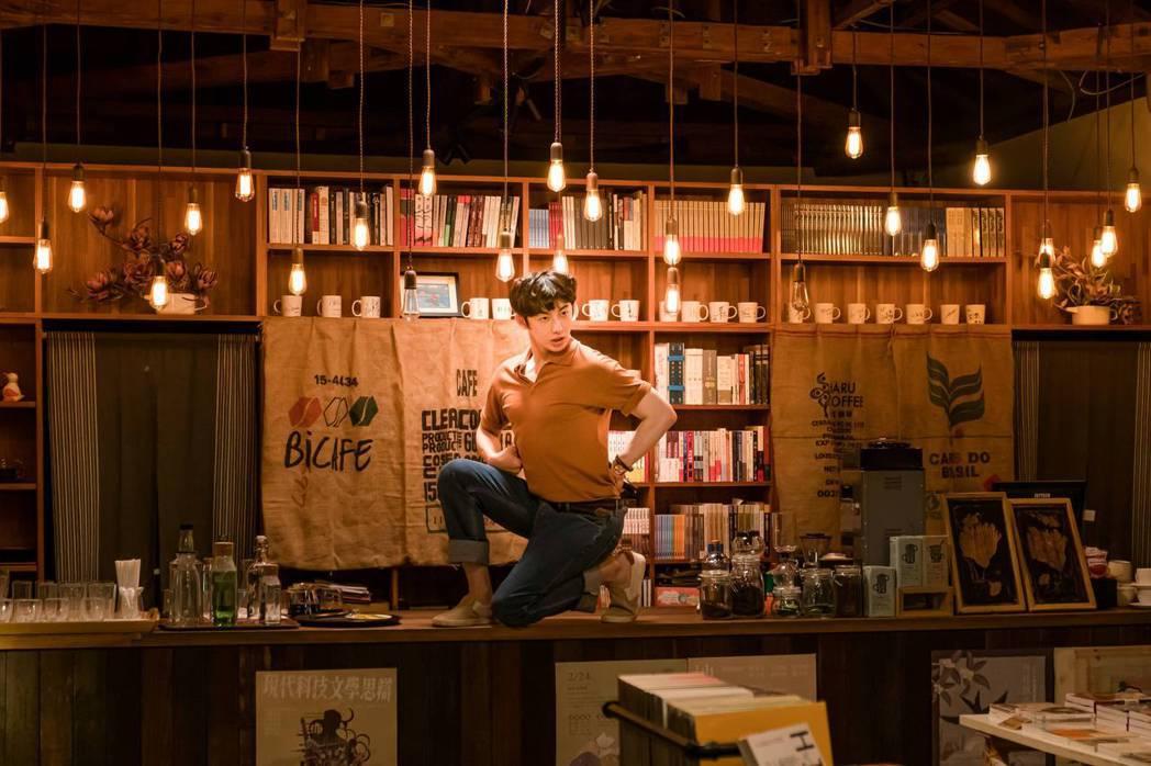 蕭子墨在「不讀書俱樂部」中搞笑秀肌肉。圖/双喜電影提供