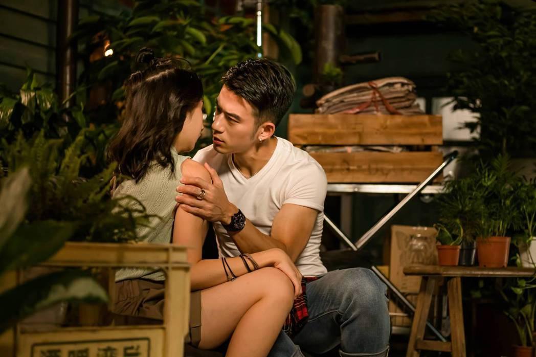 JR紀言愷(右)、李沐演出「不讀書俱樂部」。圖/双喜電影提供