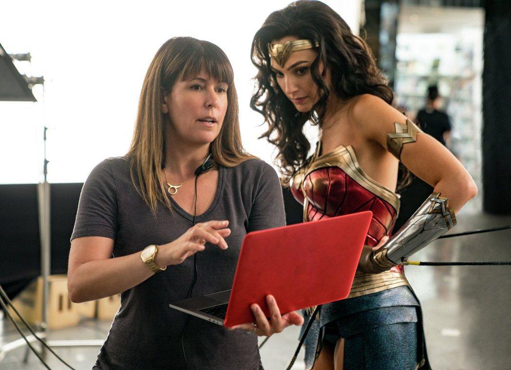 導演派蒂潔金斯(左)、女主角蓋兒加朵(右)回歸「神力女超人1984」,為該片獻出...