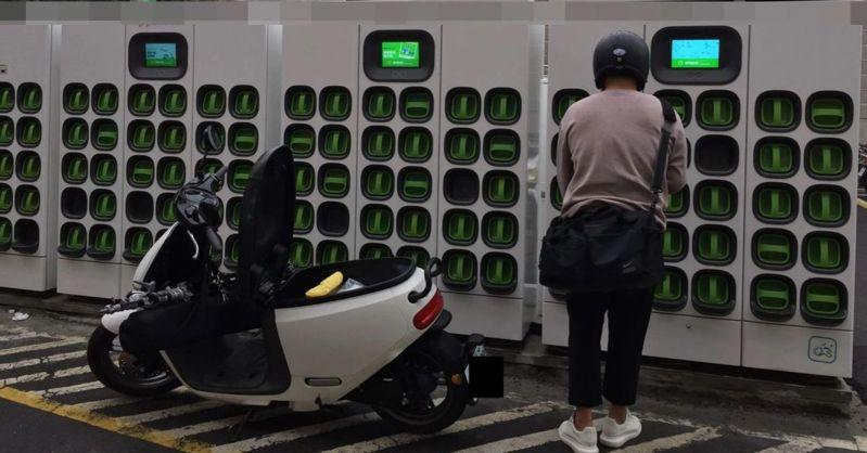 高雄市議員宋立彬肯定電動機車電池交換站(充電站)帶給使用者便利,也促市府加強安全管理。記者楊濡嘉/攝影