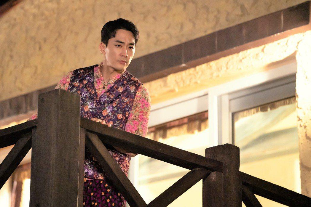 宋承憲在「一起吃晚餐嗎」戲中,不計形象穿上菜市場大嬸裝。圖/八大電視提供