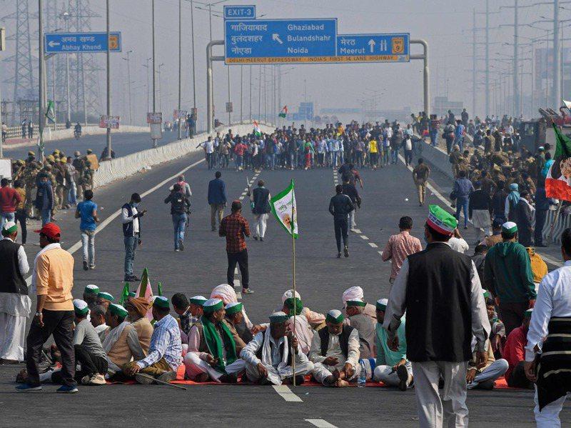 大批印度農民8日封鎖一處高速公路。法新社