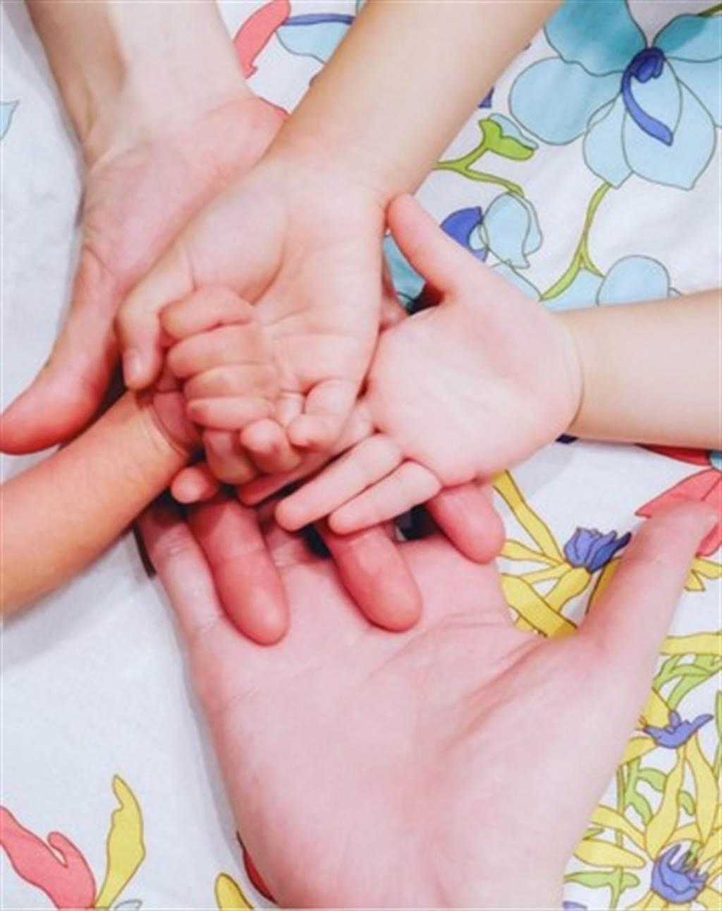 橘慶太今日突然秀出一家五口的手掌交疊照。圖/摘自IG