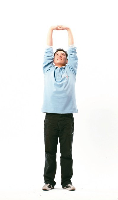 平時可做八段錦的「雙手托天理三焦」動作,可有效避免長時間盤腿坐導致的各種後遺症。...