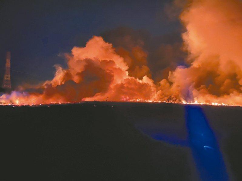 台南市歸仁區沙崙台糖土地前晚發生大火,濃煙飄向高雄,造成跨境空汙。記者周宗禎/翻攝