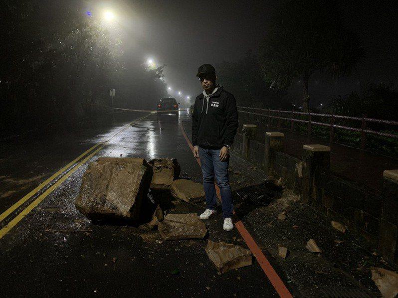 基隆外木山湖海路晚間大雨落石,道路封閉搶修中。圖/張秉鈞提供